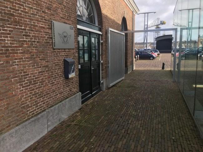 Naast de ingang van SportsArt is sinds kort een hek (foto Casper Duin)