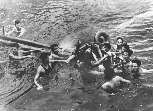 Airman John McCain captured by Vietnamese in Truc Bach Lake, Hanoi in 1967 (foto Stars and Stripes)