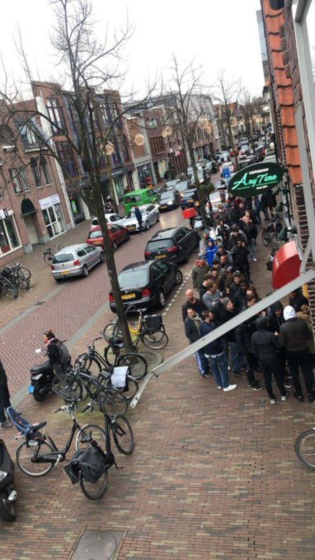 Drukte met klanten voor de soft drugs in Alkmaar (foto)