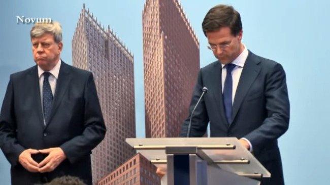Ivo Opstelten doet Triangle naast Mark Rutte op het spreekgestoelte(foto Twitter)