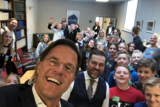 Sint Lukasschool op de selfie met minister president Mark Rutte (foto Drachtster Courant)