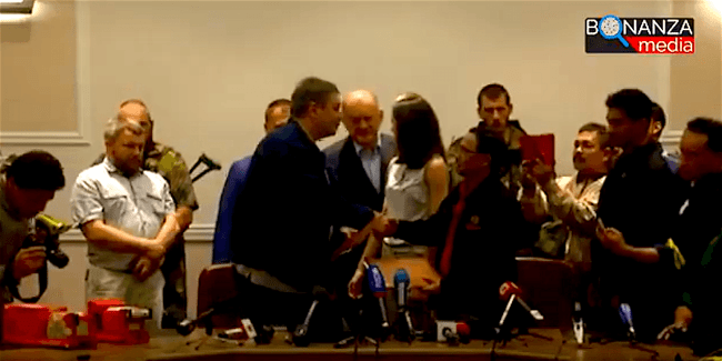 The black box handover ceremony in Donetsk, July 22, 2014, far left, the two black boxes from MH17, in the centre, shaking hands Alexander Borodai and Mohamad Sakri (foto johnhelmer.net)