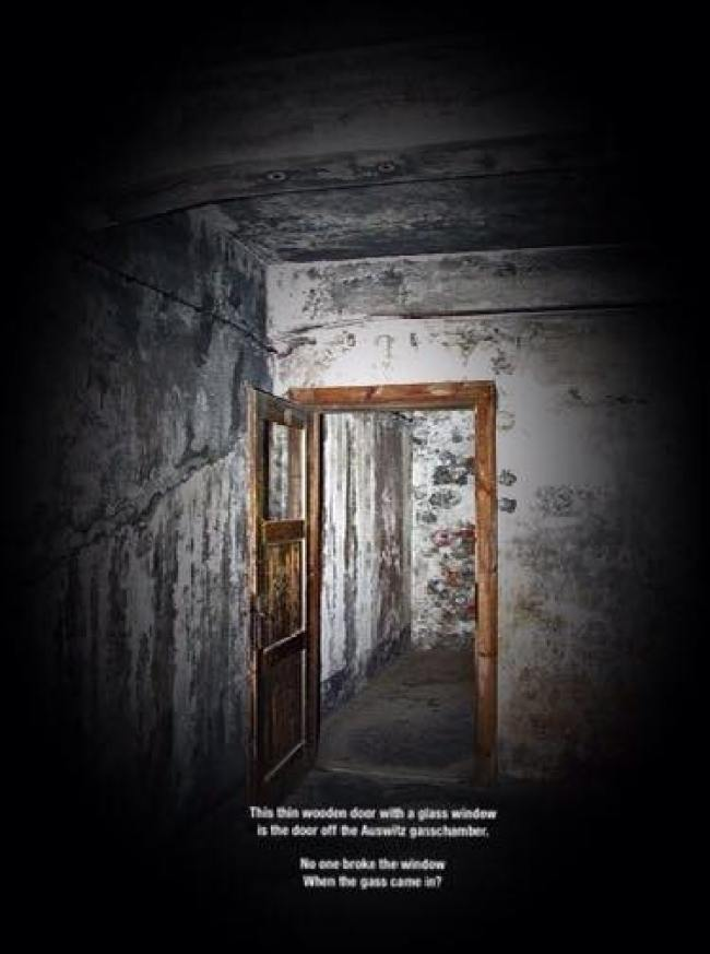 Deur van de gaskamer van Auschwitz (foto Facebook)