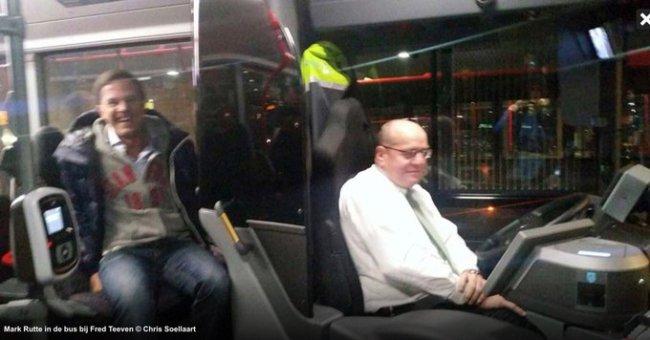 Mark Rutte bij Fred Teeven op de bus (foto Twitter)