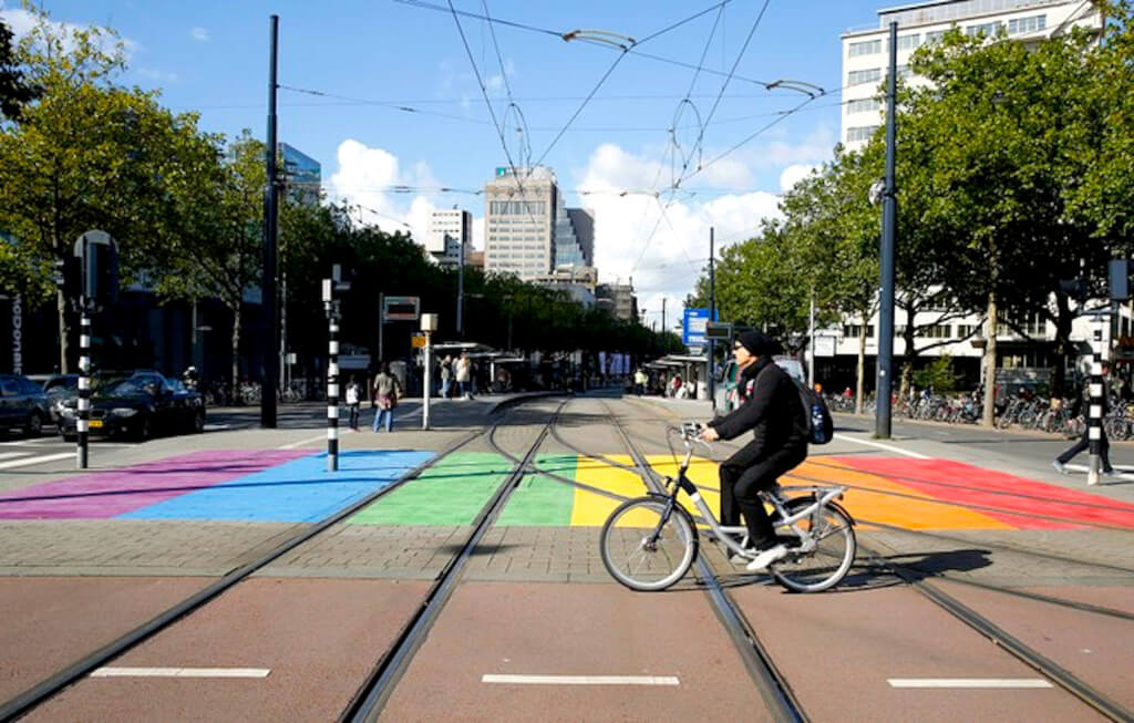Een regenboog zebrapad in Rotterdam, het kleurrijke zebrapad draagt bij aan de zichtbaarheid van de seksuele diversiteit in de stad (foto NHD)