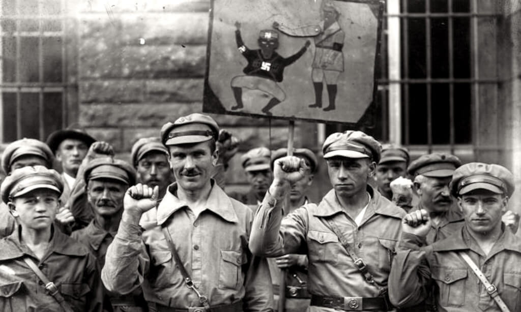Members of the far left Antifa extremist organisation give a clenched fist salute on September 1 1928 in Germany (foto Epoch Times)