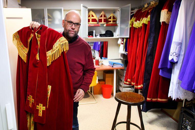 Marcel Karhof speelt vijftig weken per jaar zichzelf, de overige twee weken is hij Sinterklaas (foto Trouw)