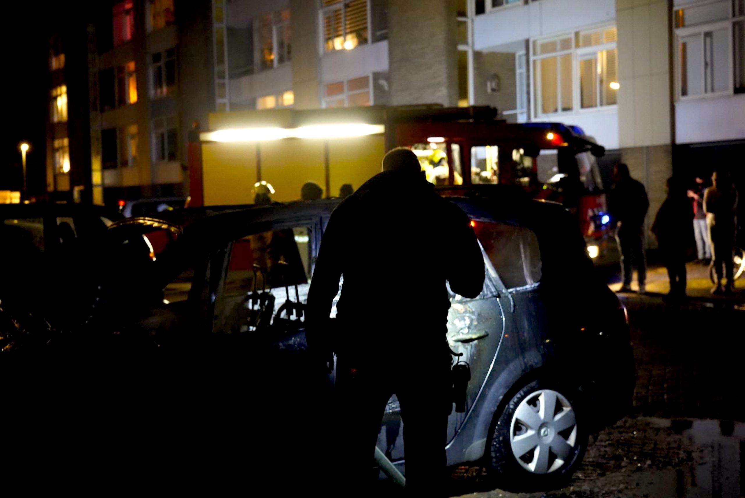 Voertuig stond in brand aan de Jan Clompstraat (foto GLOCALmedia)