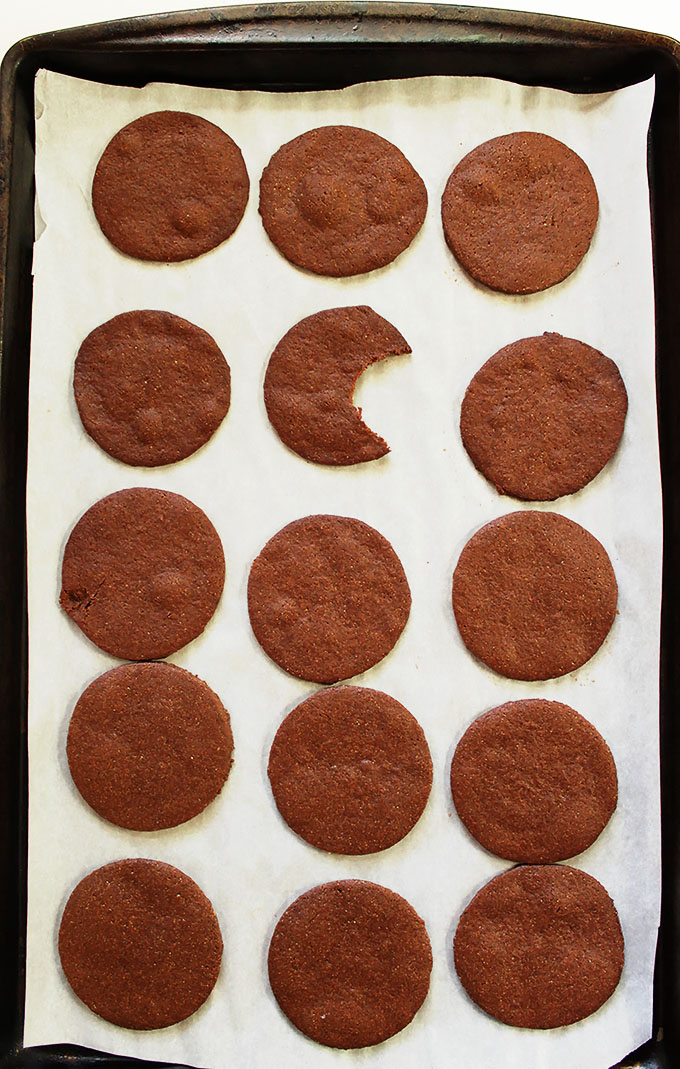 Thin and Crispy Chocolate Cookies. #glutenfree #cookies | robustrecipes.com
