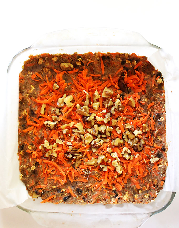 Carrot Cake Granola Bars. Seriously tastes like carrot cake! Easy to make! Healthy! #vegan #glutenfree | robustrecieps.com