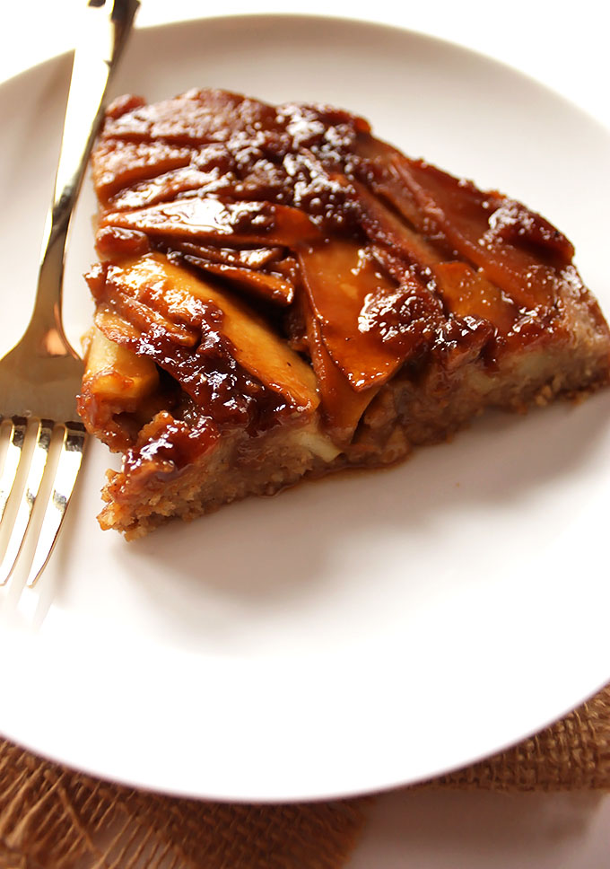 Caramel Apple Upside Down Cake. Perfect Halloween dessert! litereally tastes like a caramel apple baked into a cake! #glutenfree