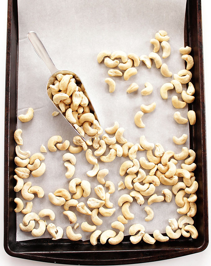 Sriracha Honey Roasted Cashews - A healthy snack recipe. So EASY to make. Crunchy, sweet, and spicy! | robustrecipes.com