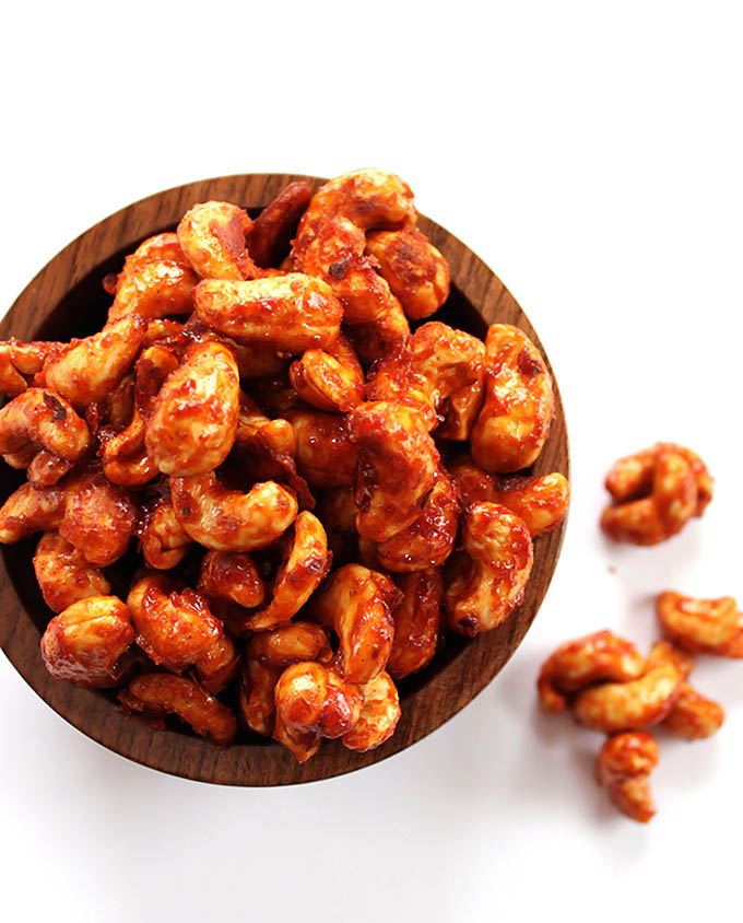 Sriracha Honey Roasted Cashews - A healthy snack recipe. Crunchy, sweet and spicy! So EASY to make! | robustrecipes.com