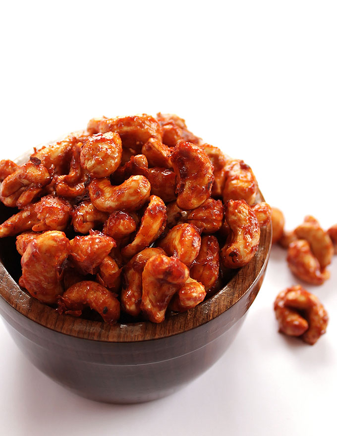 Sriracha Honey Roasted Cashews - Sweet, spicy, and crunchy. A healthy snack recipe! So EASY to make. Cashews, sriracha, honey! | robustrecipes.com