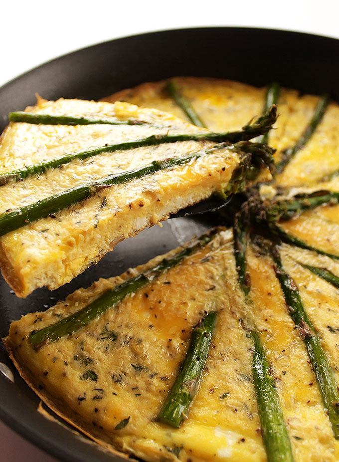 Asparagus Frittata - A healthy, tasty breakfast/brunch recipe that comes together in just 30 minutes! We love this recipe on the weekends! Vegetarian/Gluten Free | robustrecipes.com