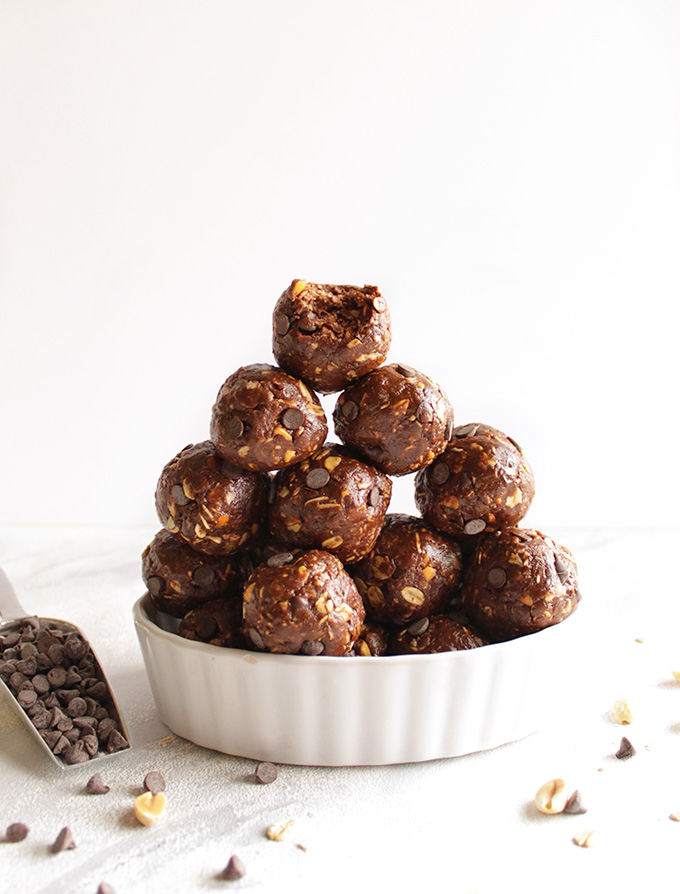 Chocolate Peanut Butter Energy Balls - Packed w/ a balance of nutrient rich ingredients to give you a burst of energy w/ all the chocolate peanut butter goodness. Makes a great pre-workout snack, afternoon snack, or goes great in a packed lunch. They stay fresh in the freezer for up to 6 months! (Gluten Free/Dairy Free) | robustrecipes.com