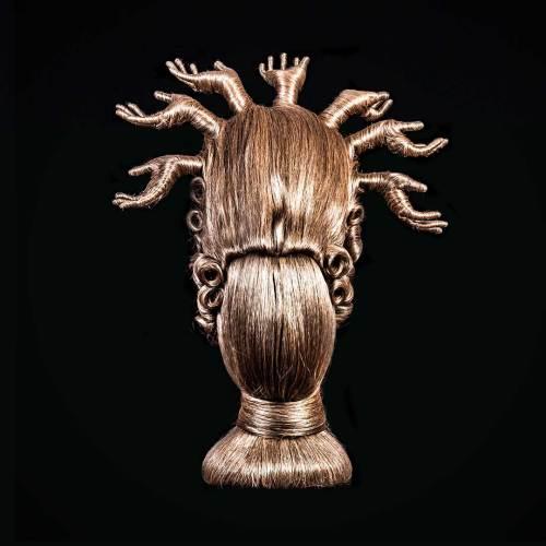 Parrucca con mani disegnata da Delfina Delettrez