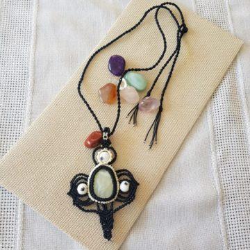 Collar Boho Macramé cruz sanadora blanco y negro1