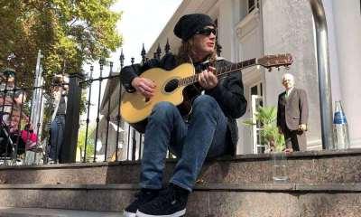 Dave Mustaine on hotel door argentina