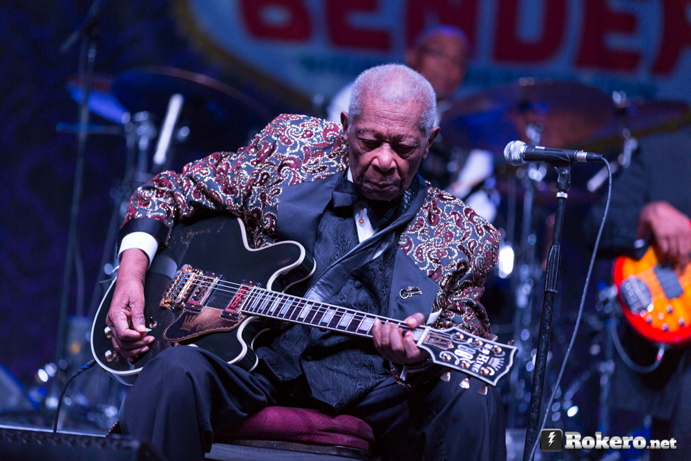 bb king playing guitar