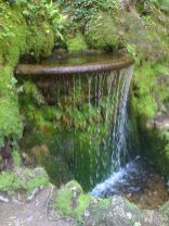 Make a mini waterfall in the garden 31