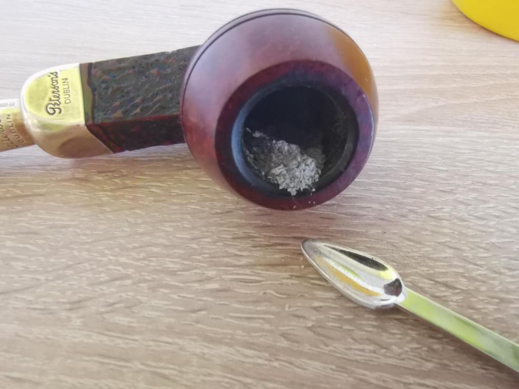 Peterson Pfeife mit Asche und Werkzeug