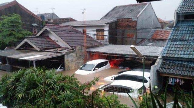 mobil dan rumah terendam banjir