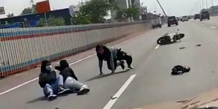 Pengendara motor masuk ke jalan tol