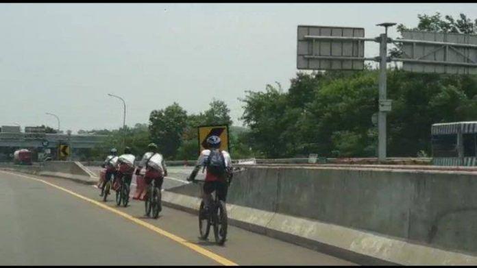 pesepeda masuk jalan tol