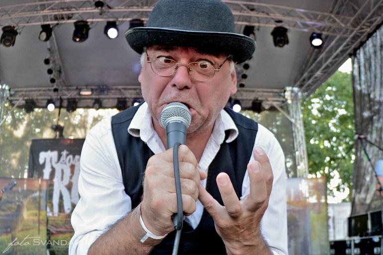 Zpěvák kapely Trautenberk při vystoupení valil oči.