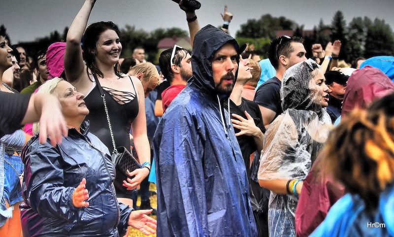 Fans si v děšti pomohli pláštěnkou