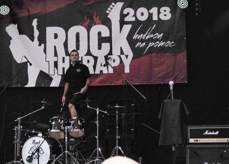Zahájení festivalu a bubeník Witch-Hammer stojí na bicích
