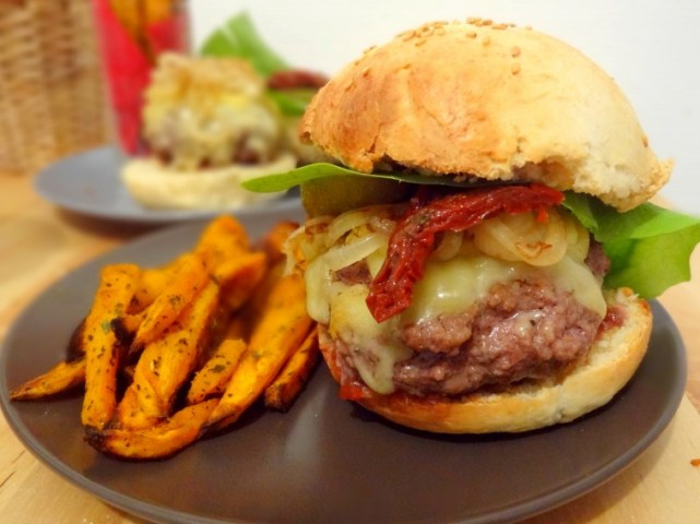 Burger home made et frites de patates douces cajun