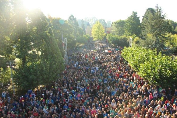 1.872 leerlingen van scholengemeenschap Guido de Bres uit Amersfoort luisteren naar de natuurkundeles van Andre Kuipers