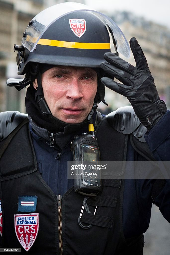 Le Meilleur A Riot Police Officer Is Crying In Porte Maillot After He Ce Mois Ci