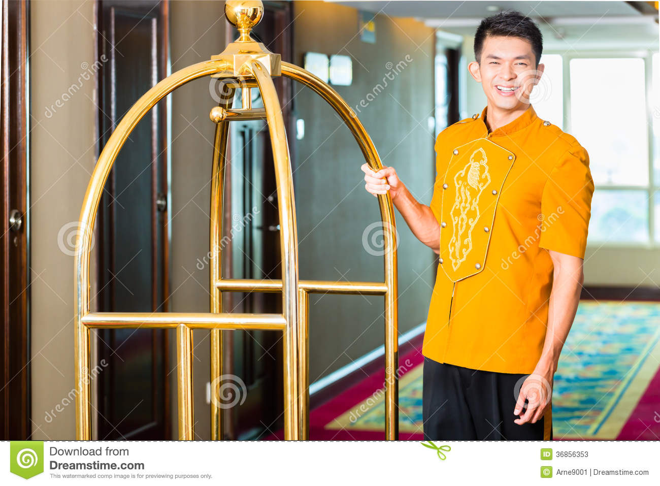 Le Meilleur Asian Bell Boy Or Porter Bringing Suitcase To Hotel Room Ce Mois Ci