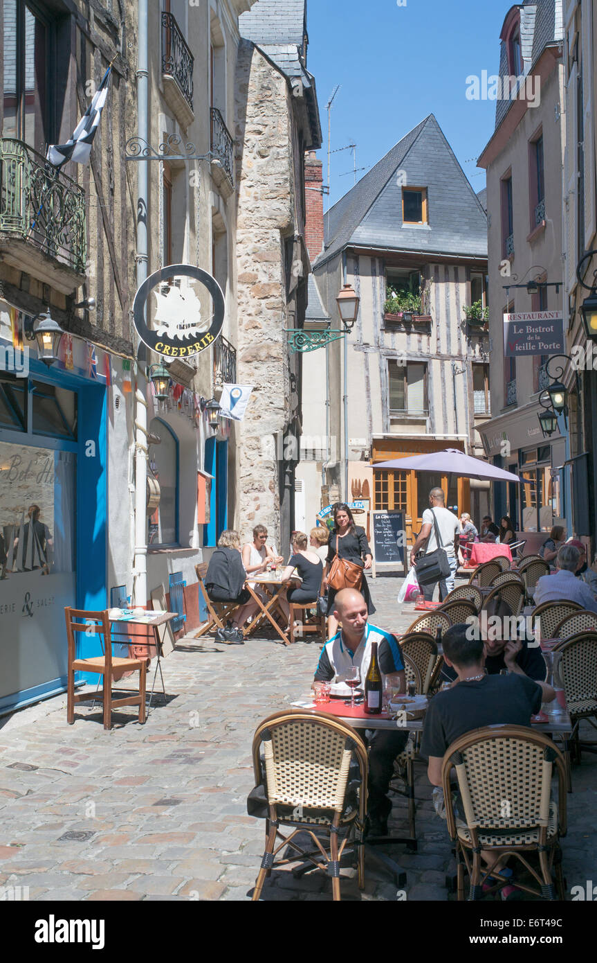 Le Meilleur People Sitting At Restaurant Tables Old Town Le Mans Ce Mois Ci