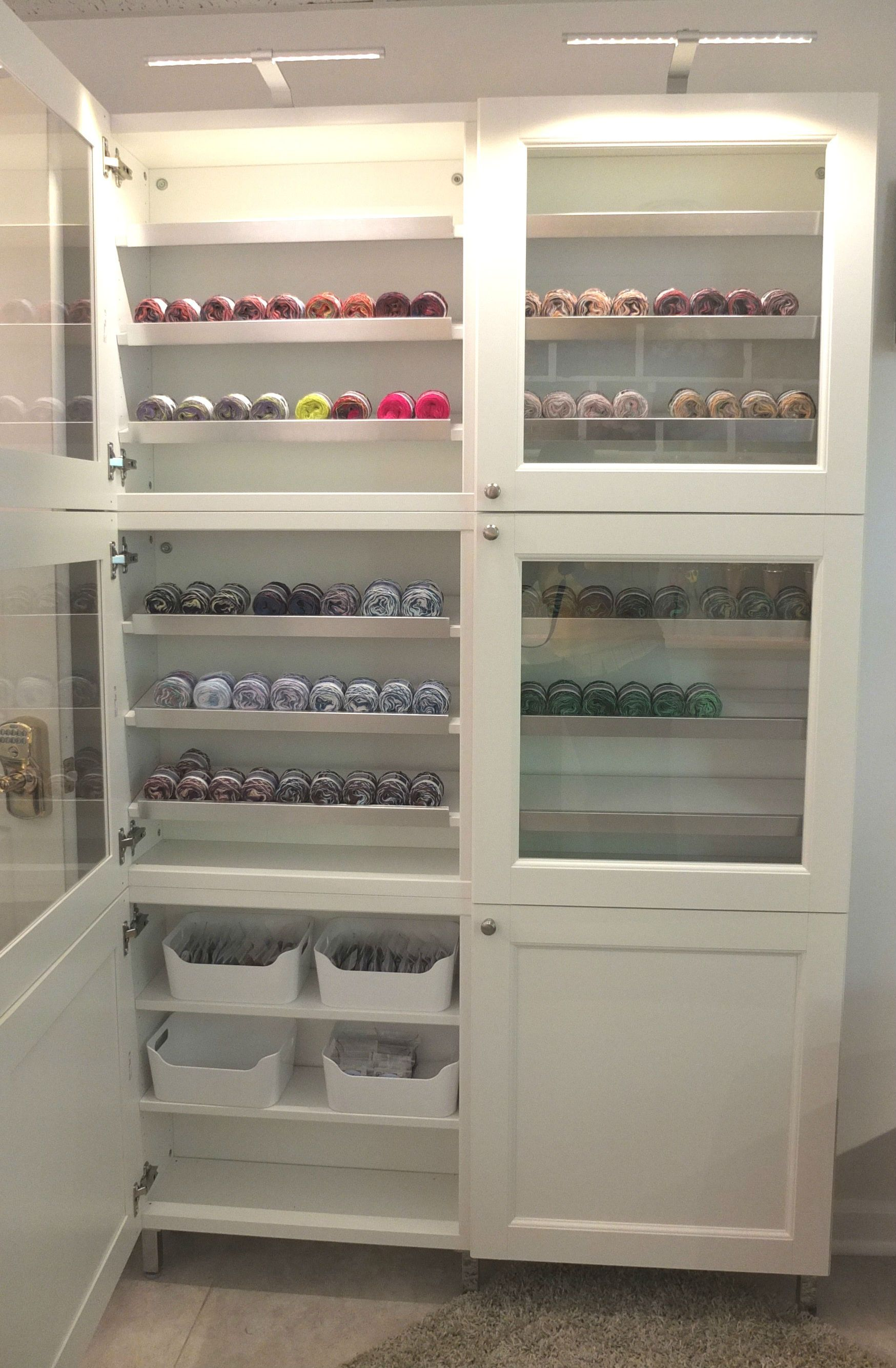 Le Meilleur Glass Doors And Lighting Make This Ikea Besta Cabinet A Ce Mois Ci