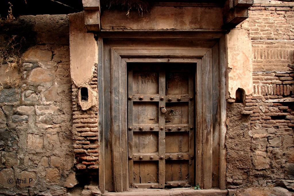 Le Meilleur Old Indian Door Meandering In An Old Lane Among Brahmin Ce Mois Ci