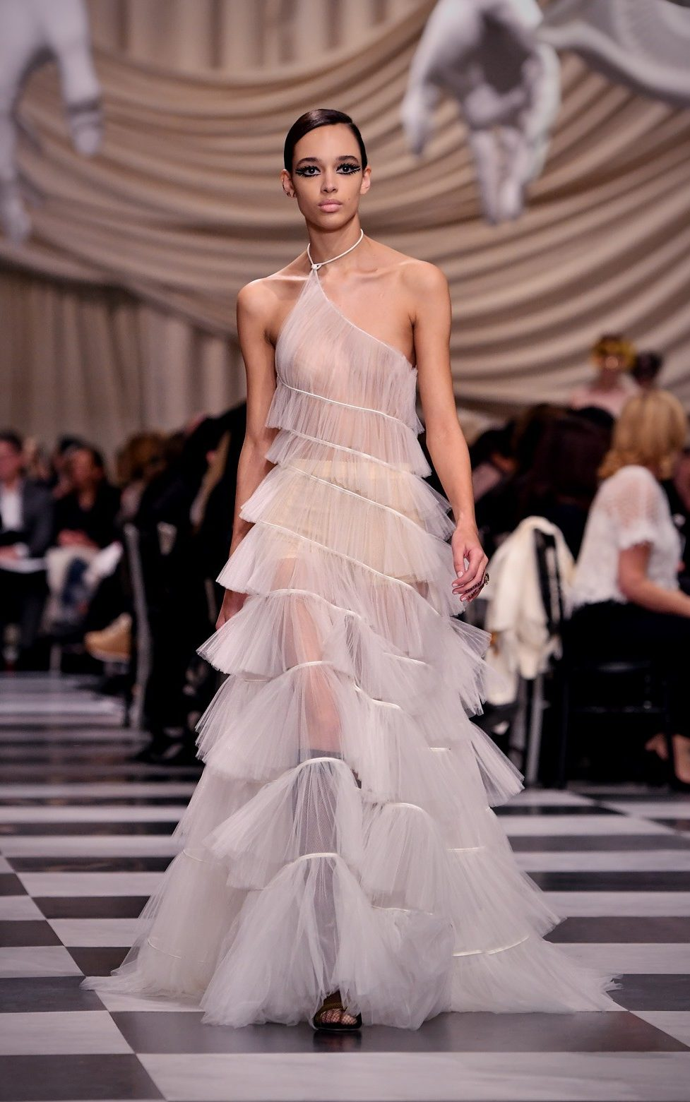 Le Meilleur Dior S Couture Show Is Full Of Delicate Details But Is It Ce Mois Ci