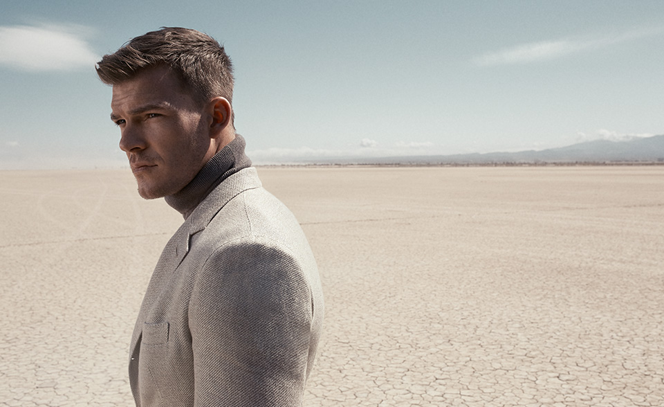 Le Meilleur Alan Ritchson Suits Up For Mr Porter The Fashionisto Ce Mois Ci