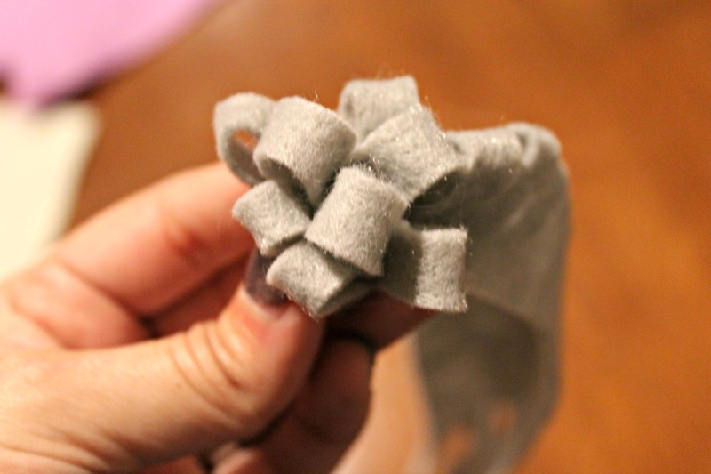 Felt mums are very easy to make and require just a small piece of felt, scissors and glue or thread.