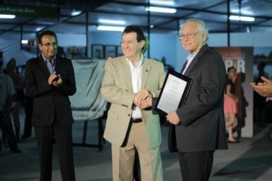 Guillermo Munro Feria del Libro, entrega reconocimiento el Mtro. Jorge Luis Ibara Mendívil