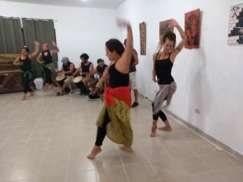 Danzas-africanas-rifa-de-pinturas-FuerzaMéxico El improvisado festival #FuerzaMéxico