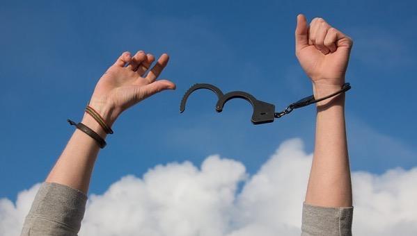手錠から自由になった人