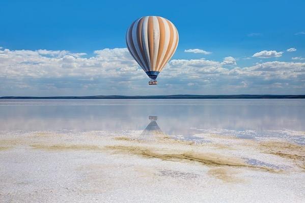 空を自由に飛ぶ気球