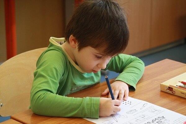 子供が書き物をしてしる