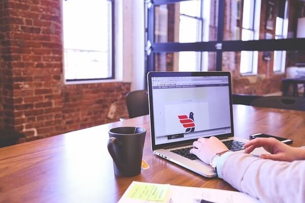 カフェでMacで勉強している学生