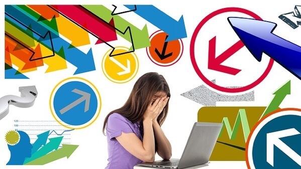 MacBookの前で悲しんでいる女性