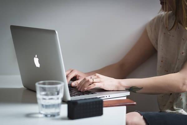 MacBookで仕事をしている女性